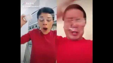 Il video della tiktoker accusata di istigazione al suicidio: si copre la bocca con nastro adesivo