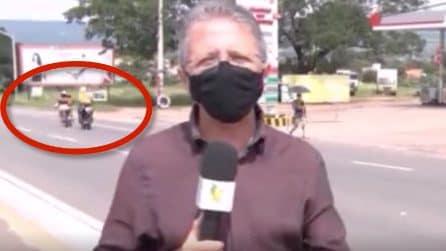 Giornalista parla in diretta: ma dietro di lui succede qualcosa che attira l'attenzione di tutti