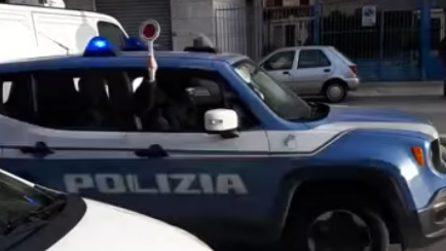 """La polizia """"festeggia"""" dopo l'arresto dei presunti ladri di una rapina a Foggia"""