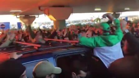 Centinaia di persone assembrate per salutare l'arrivo del nuovo idolo