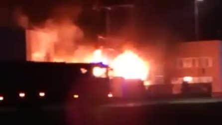 Scoppia l'incendio in un'azienda di Pozzo d'Adda che tratta metalli: fumo nero su tutta la zona