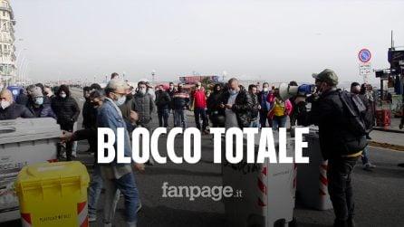 """Napoli, ristoratori bloccano il lungomare: """"O moriamo di Covid o di fame. Non siamo appestati"""""""
