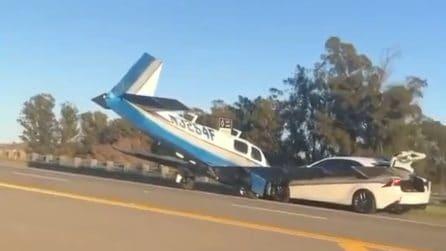 Il momento in cui un aereo si schianta contro un'auto in autostrada