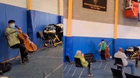 Un famoso violoncellista intrattiene con uno spettacolo le persone in attesa del vaccino