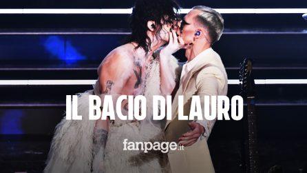 """Sanremo 2021, Achille Lauro """"sposa"""" e bacia Boss Doms: """"Sono un uomo con le calze"""""""