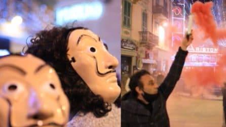 Sanremo, manifestazione dei commercianti davanti all'Ariston: maschere de La Casa di Carta
