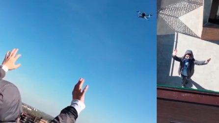 Bologna, la didattica dal cielo: i compagni di classe fanno una bella sorpresa a Virgilio, costretto a casa