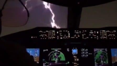 Fulmine sull'aereo durante il volo: attimi di grande spavento a bordo