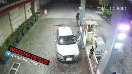Crispano, rapina a distributore di benzina: ladro armato fugge con l'incasso