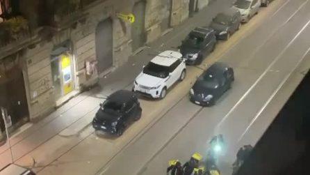 Milano, fa le consegne durante lo sciopero: aggredito da altri rider per le vie della città