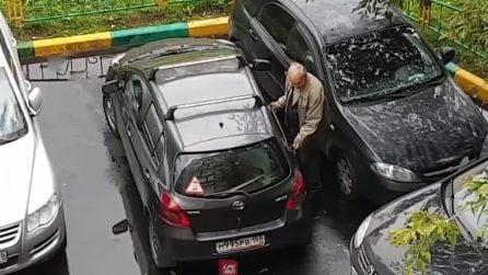 Non riesce a uscire dal parcheggio: l'anziano spinge a mano l'auto per non fare danni