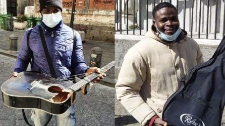Joseph aggredito in strada mentre suona, gli distruggono la chitarra: la storia a lieto fine