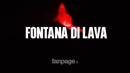 Etna, fontana di lava dal Cratere Sud-Est: la notte s'illumina di rosso
