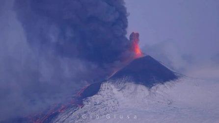 Spettacolare eruzione dell'Etna: nube alta 6 mila metri e cenere su Catania