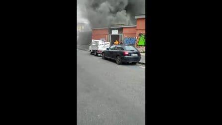 Incendio al Mercatino di Antignano del Vomero, enorme colonna di fumo