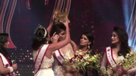 Colpo di scena al concorso di bellezza: strappa i capelli alla vincitrice e la ferisce alla testa