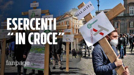"""Napoli, esercenti in processione: """"Il governo ci ha messi in croce"""""""