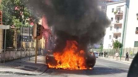 Auto completamente avvolta dalle fiamme, paura a Fuorigrotta