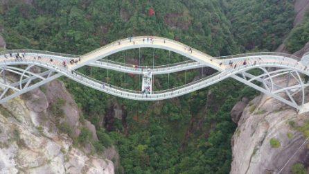 Il ponte ondulato che mette i brividi: sospeso a 140 metri d'altezza