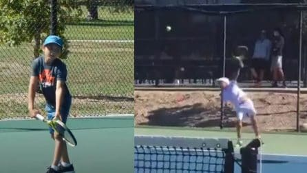 Teodor Davidov, piccolo fenomeno del tennis che gioca senza rovescio. Mano destra o sinistra è indifferente