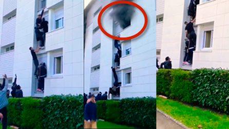 Incendio in un appartamento, catena umana si arrampica sul palazzo: in salvo anche un bimbo di 6 mesi