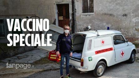 """Lucia, il medico di famiglia che fa i vaccini a domicilio con la 500 d'epoca: """"Portiamo un sorriso"""""""