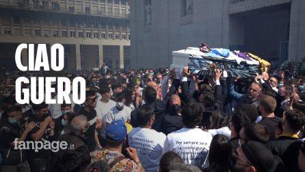 Funerali Daniel Guerini, amici e tifosi salutano il calciatore tra fumogeni e cori da stadio