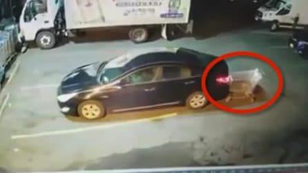 La tecnica del carrello: così un ladro distrae la donna al volante ed entra in azione