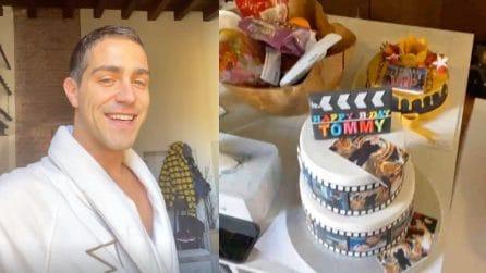 Tommaso Zorzi riceve regali a casa per il suo compleanno