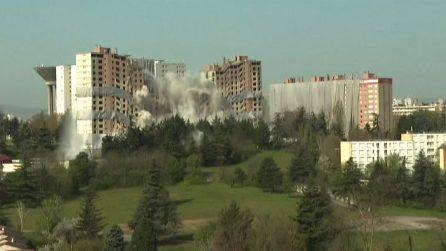 Spettacolari immagini di una demolizione controllata a Lione