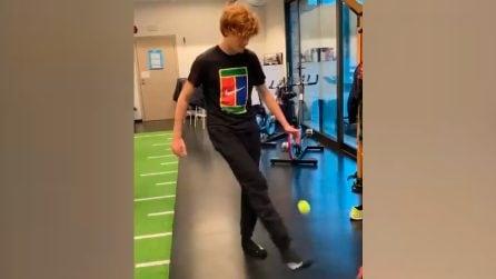 Come se la cava Sinner con il calcio: ottima tecnica e palleggi con una pallina da tennis