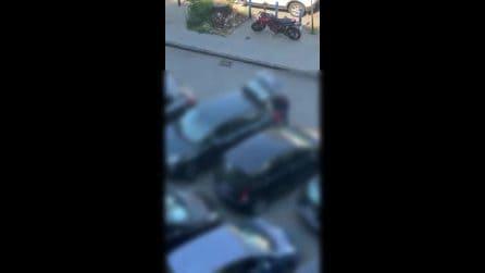 Napoli, ladro smonta in pieno giorno il fari di una Fiat 500 in piazzale Tecchio