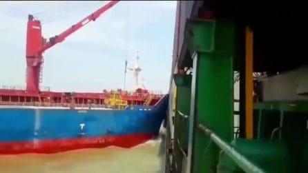 La nave sbatte e fa cadere i conteiner in mare