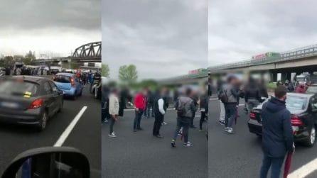 Autostrada Napoli-Caserta bloccata: la protesta contro la zona rossa ferma il traffico