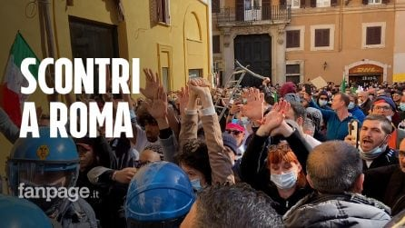 Scontri e cariche della polizia a Montecitorio: manifestanti fermati, agente ferito