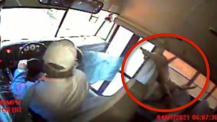 Attimi di grande paura sullo scuolabus: la scena filmata dalle telecamere a bordo