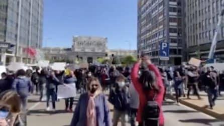Milano, ambulanti in piazza: bloccano traffico in città