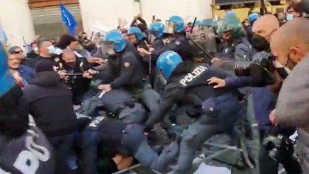 Roma, manifestazione commercianti: scontri a Montecitorio con la polizia