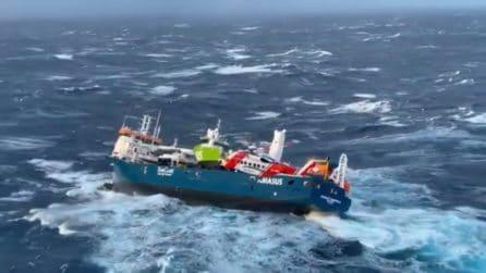 Onde alte fino a 15 metri, la nave rischia di ribaltarsi