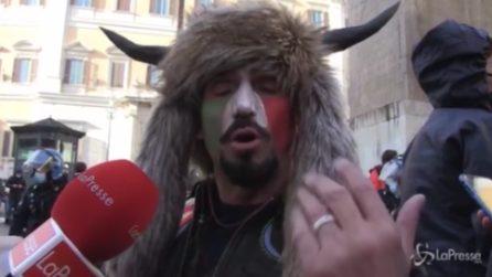 """Roma, lo sciamano alle proteste di Montecitorio: """"Il mio look per farmi ascoltare"""""""