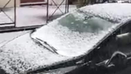 Roma, improvvisa e violenta grandinata: le strade coperte dal ghiaccio