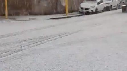 Grandine a Roma, la strada si riempie di ghiaccio in pochi minuti