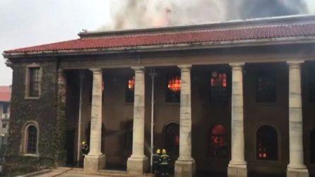 Vasto incendio a Cape Town, danni a biblioteca e università
