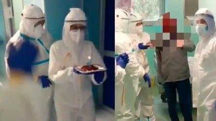 Medici e infermieri festeggiano il compleanno del paziente Covid, l'uomo si commuove