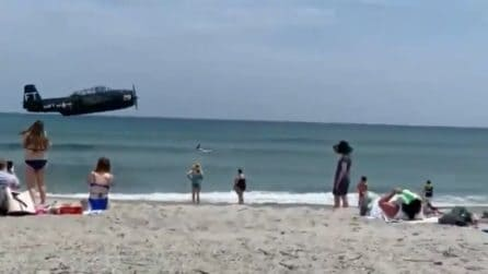 Paura in spiaggia, aereo della Seconda Guerra Mondiale atterra tra i bagnanti