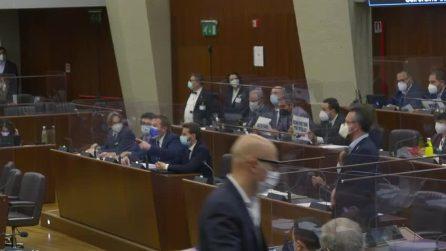 """Protesta il M5s in consiglio regionale contro il vitalizio a Formigoni: """"Basta soldi ai condannati"""""""