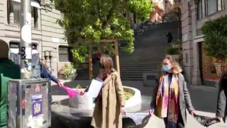 """Napoli, in via dei Mille protesta delle """"mutande"""": le boutique contro la crisi Covid"""