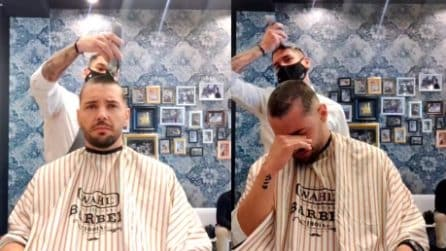 """""""Non sei solo"""", il barbiere rasa l'amico malato di cancro e si taglia i capelli per solidarietà"""