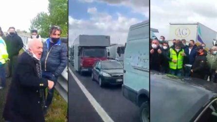 Autostrada A1 Napoli-Roma bloccata, la protesta dei mercatali