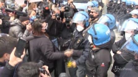 """Roma, manifestante dona fiori al poliziotto: """"Siamo tutti uguali"""""""